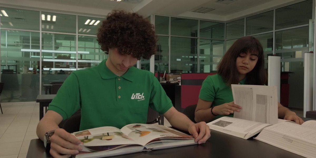 Alumnos en biblioteca